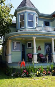 1895 Historic Victorian home-green room - Ventura