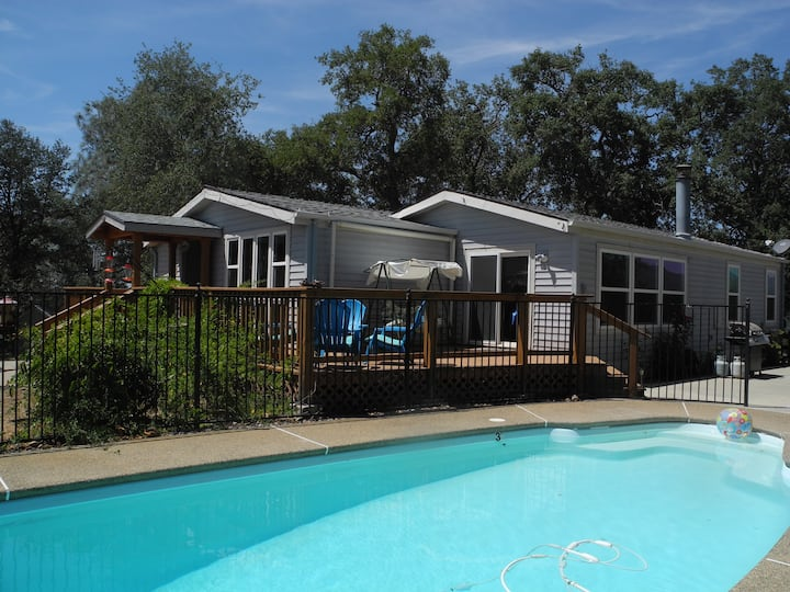 Knarly Oaks Pool House with Spa and Generator