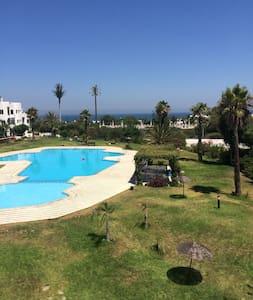 Grand appartement avec vue sur piscine et mer