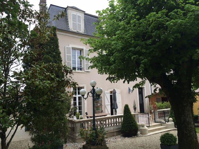 LA CHAMBRE ROUGE / 2 chambres  avec 2 SDB - Saint-Florentin - Dom