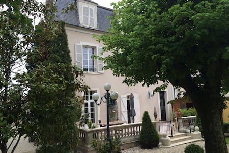 LA CHAMBRE ROUGE / 2 chambres  avec 2 SDB - Saint-Florentin