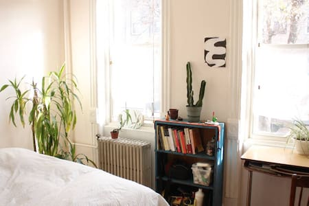 Spacious, light-filled room in quiet shared apt - Queens