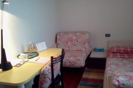 Stanza e bagno privati in residenza con giardino - Montebelluna - วิลล่า
