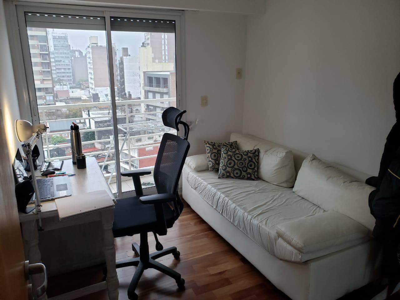 Sillón para dormir en habitación privada, en un departamento con espacios compartidos, cercano a la zona del parque Independencia de Rosario.