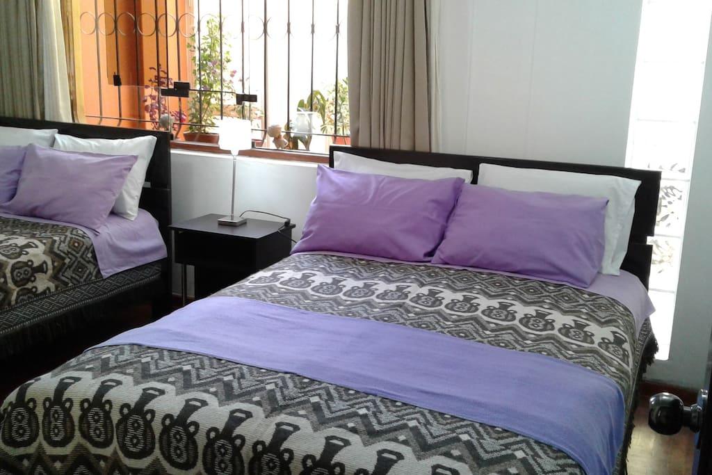 Primera habitación con dos camas dobles grandes . Muy acogedora e iluminada.