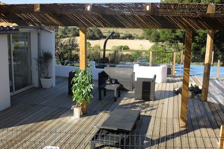 Maison au coeur des vignes, pins et oliviers... - Roullens - 度假屋