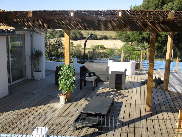 Maison au coeur des vignes, pins et oliviers...