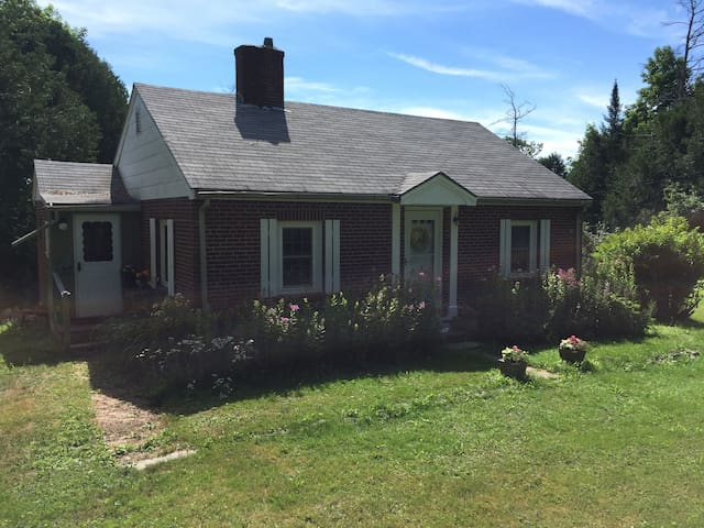Cozy brick cottage in mid-coast Maine. - Waldoboro - บ้าน
