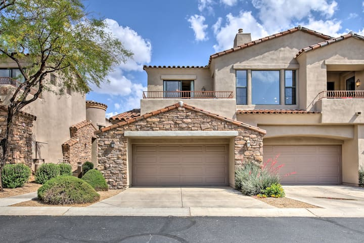 This 2BR, 2-bath vacation rental townhome offers access to Grayhawk amenities.