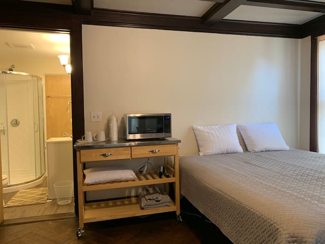 Quincy Center Private suite (sleep up to 4)