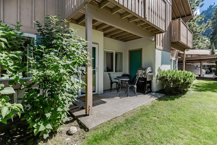 European styling w/ easy access, patio, and mountain view! Right on golf course!