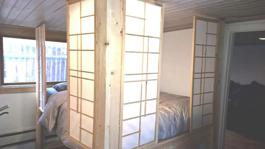 Downtown Studio perfect for 2, accommodates 3