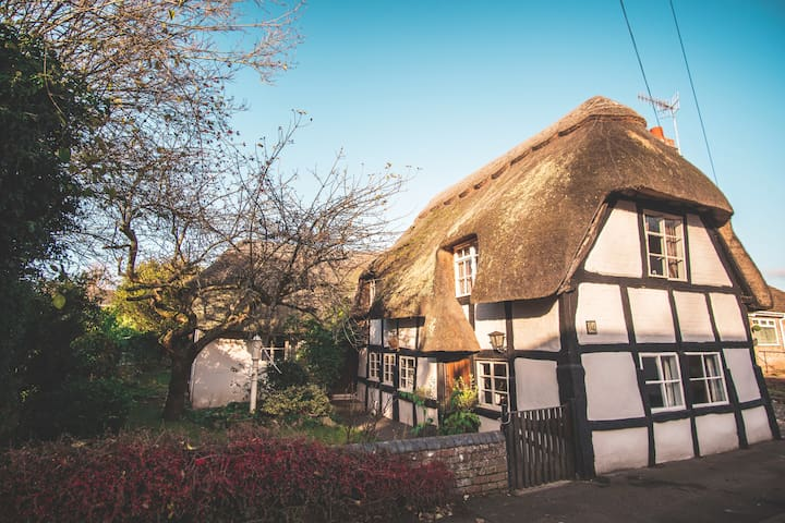 Cromwell's Cottage: Home for 10: Heart of England