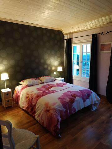 Jolie chambre avec vue dégagée sur la campagne.