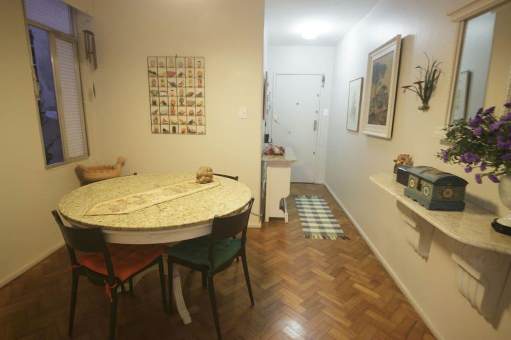 Hall de entrada e mesa de jantar