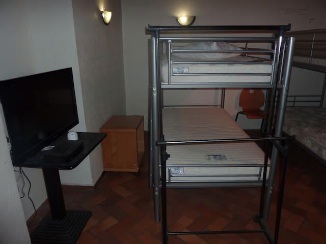 Couchage dans dortoir dans maison en centre ville.