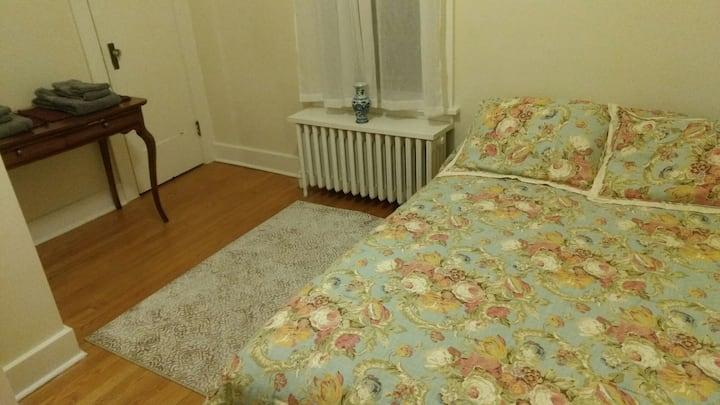 Quiet bungalow room