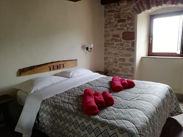Camera matrimoniale con bagno privato al primo piano della locanda