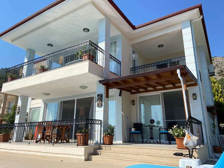 Double Room in Luxurious Villa with Infinity Pool