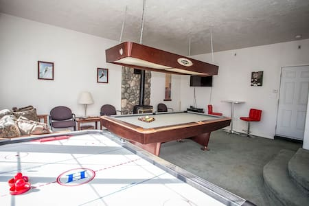 Cozy Mountain Home~Game Room~Pool Table~Air Hockey~Fireplace~Ample Parking~ - Big Bear City - House