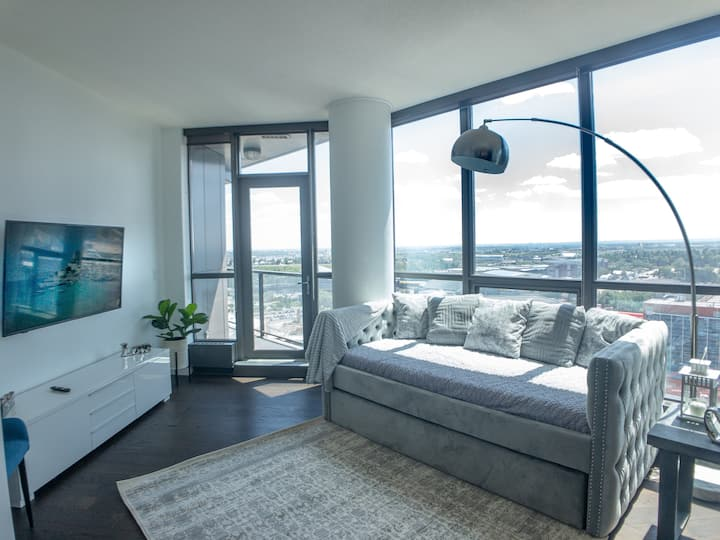 Luxury DT close to all attractions Saddle dome BMO