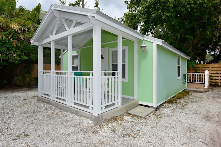 Cute cottage- across from Siesta Key Beach Access