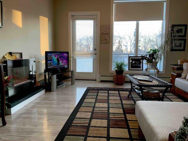 UofA, Whyte Ave, 900 sq ft suite bdrm + den, balc