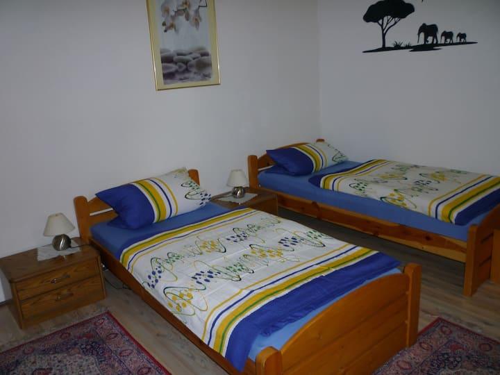 Gasthaus - Pension Am Buchberg (Mönchsdeggingen), Gemütliches Doppelzimmer mit Baldachin und kostenfreiem WLAN