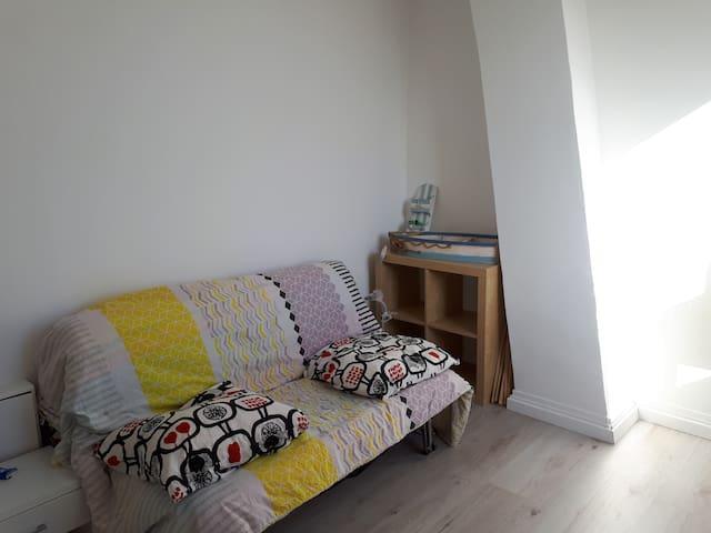 Chambre cosy et lumineuse dans une maison calme.