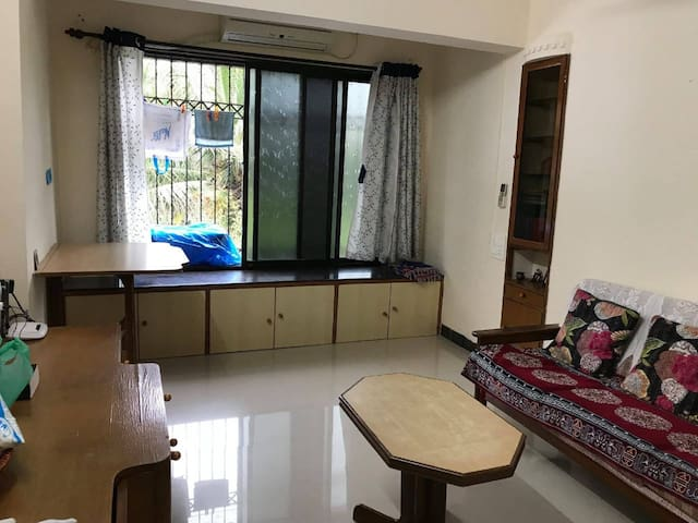 Cosy small room in a furnished flat in Bandra West