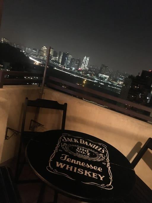 Sentar na varanda só pra olhar e tomar um vinho, conversar e brindar a vida! Imagina fazer um churrasquinho na varanda?