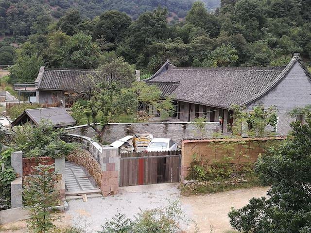 酵素生态杨梅果园  传统石头建筑 生态农法的美食  周边有保护良好的低海拔山地森林 乡土民艺市集