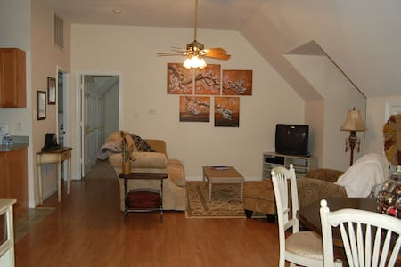 """Tree house"" home away from home! - Manassas - Apartamento"