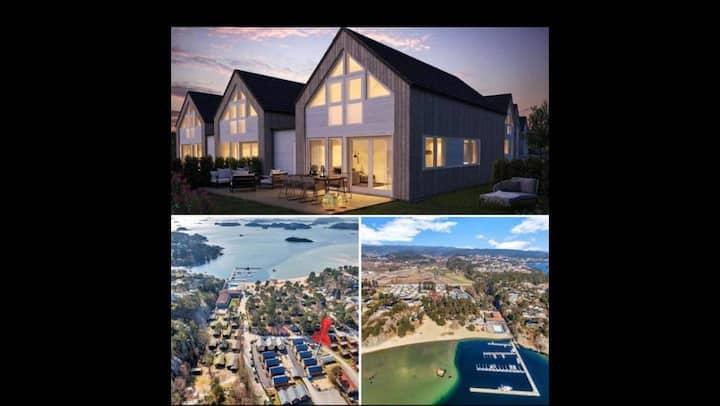 Ny, moderne og familievennlig hytte ved sjøen