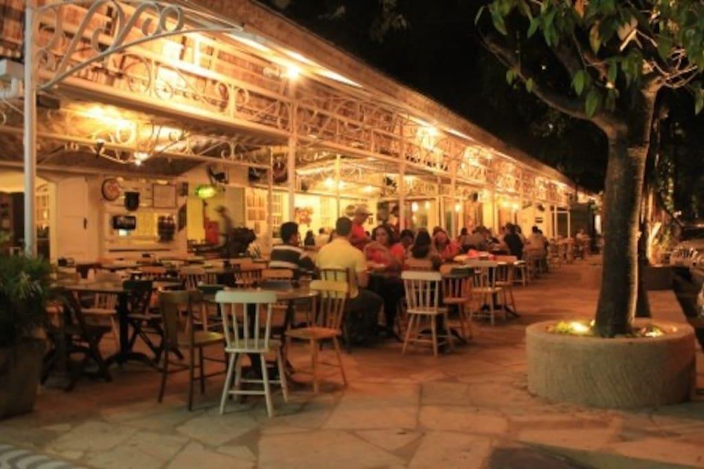 Na mesma rua dos melhores bares e restaurantes da cidade.