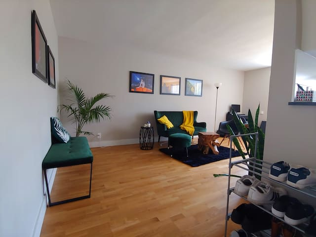 Mid-century Modern apartment 20 min from Downtown