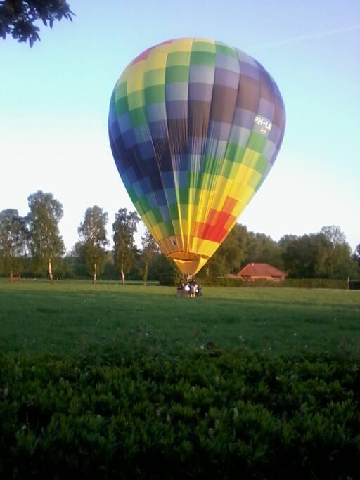 Panoramisch weiland bij huisje om luchtballon op te laten.