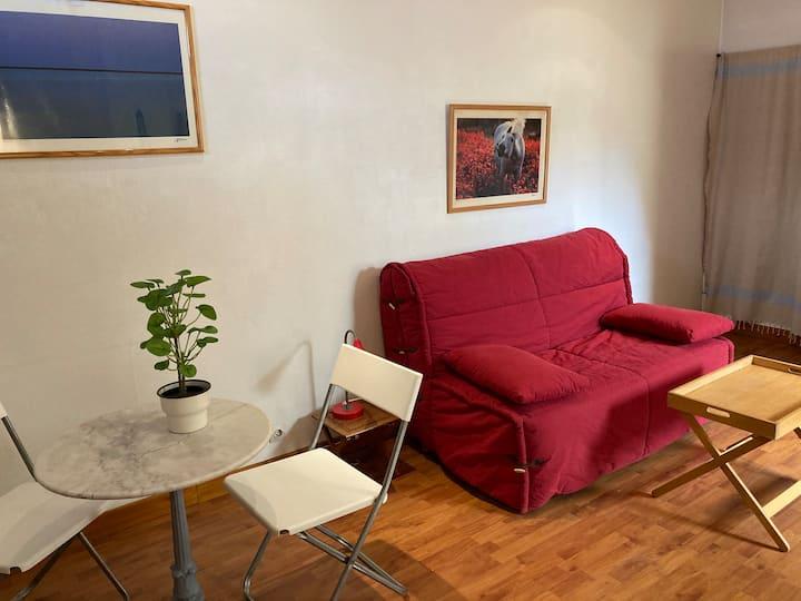 Agréable studio très calme, idéalement situé.