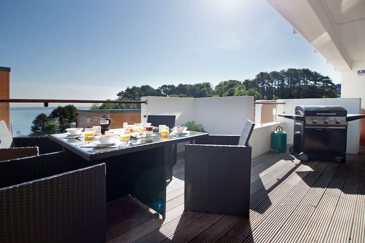 Curlew 3 - The Cove. Sea views, patio, swimming pool and parking.