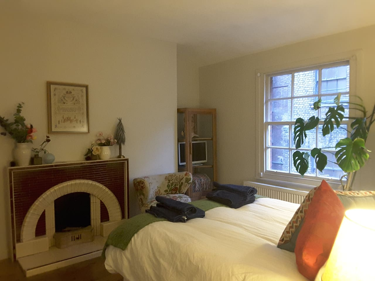 Cosy Studio Room with Quirky Vintage Furnishings, Art Deco Fireplace and High Ceilings