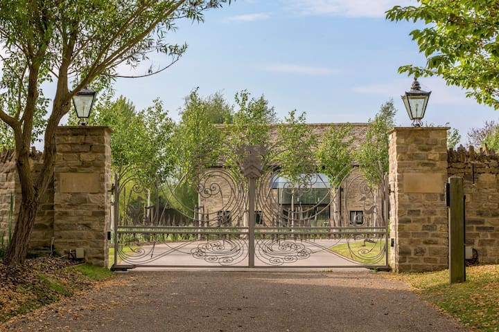 Howells Barn, Private Pool, Cotswold Stone Barn, Gated Property