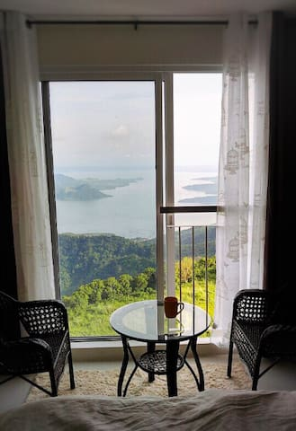 Amazing Taal View / BIG 2 Bedroom:) +WiFi +Netflix