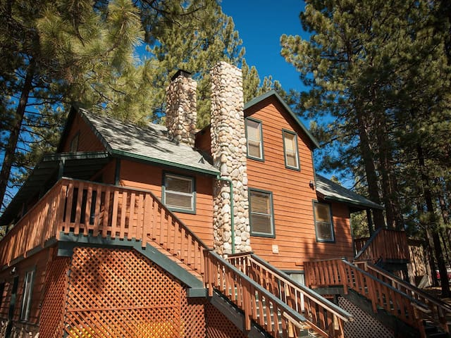 Beautiful 5 Bedroom Cabin: Walk to Beach/Heavenly!