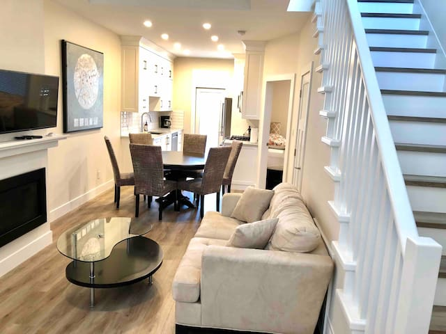 #2 AIRPORT/ FERRIES/ DOWNTOWN SIDNEY LUXE TOWNHOME