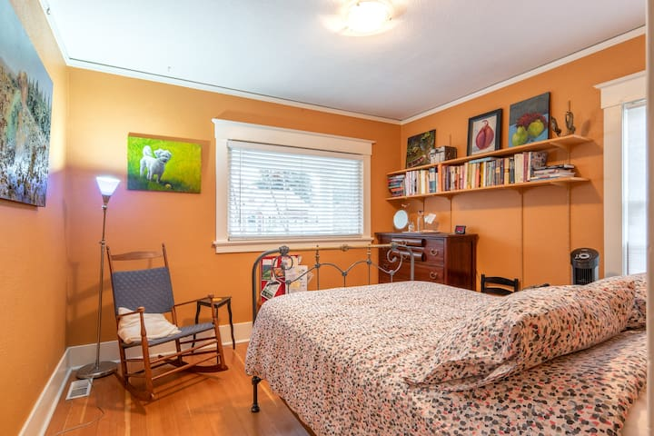 Room in Cozy, Artsy, St. Johns Bungalow