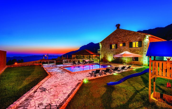 Villa Pave - Six-Bedroom Villa with Terrace and Swimming Pool
