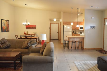 Casa De Zia, Sleeps 9, hottub, fireplace, downtown - Moab - Townhouse