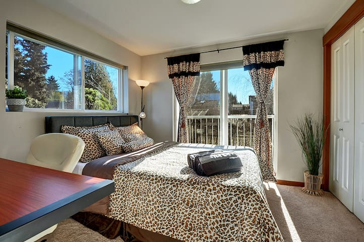 """Blue Eyed Leopard"" Cozy Private Room in W Seattle"