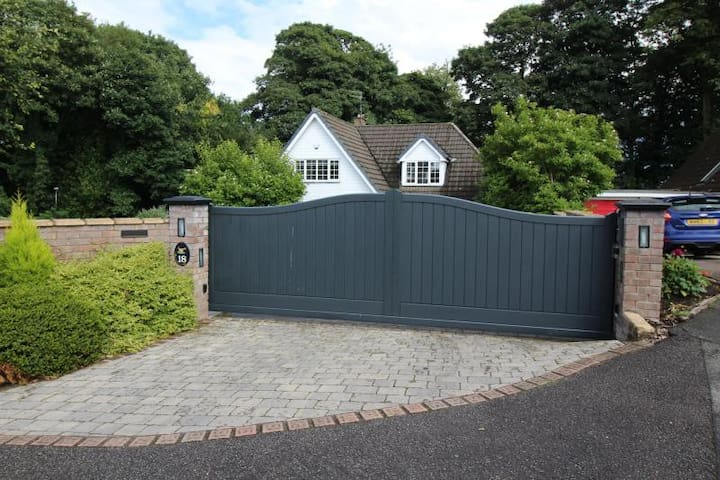 Contemporary 4 bed detached