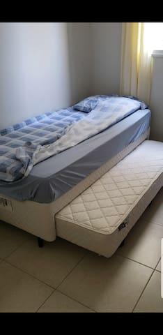 Cama aberta, quando desencaixado viram 2 camas de solteiro...